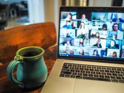 Offener Laptop mit Tasse