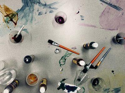 Farbtuben, Pinsel, Wasserfarbenkleckse auf weißem Hintergrund