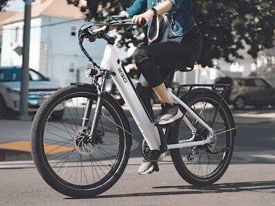 Frau radelt mit weißem E-Bike
