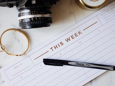 Kalender mit Stift und Kamera